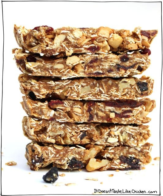How to Make Granola Bars (just 4 ingredients!). Vegan, gluten free, processed sugar free. The combinations are endless! #itdoesnttastelikechicken