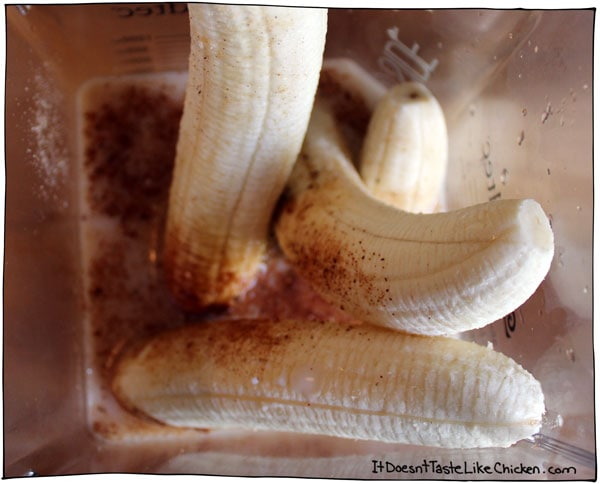blend-banana-with-spices-to-make-banana-porridge