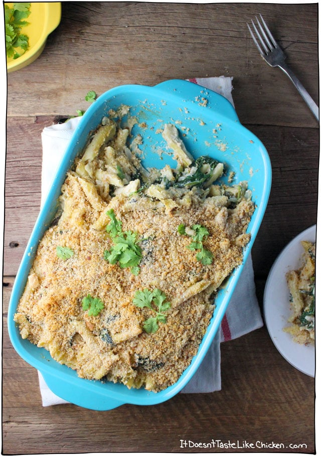 Vegan Spinach & Artichoke Pasta Bake! This is a great dish for an easy weeknight dinner, or potluck. This pasta tastes just like the classic dip, but disguised as dinner. Vegan, vegetarian, dairy-free, gluten-free option, oil-free option. #itdoesnttastelikechicken