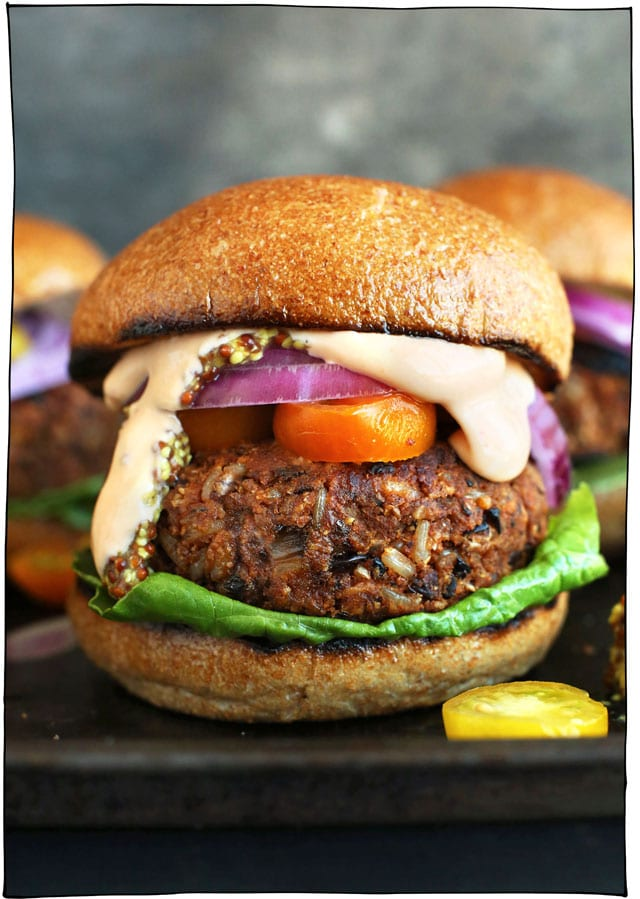25 Vegan Recipes for the Grill! A collection of grillable vegan recipes that are perfect for your next BBQ! Breakfast to dessert and everything in between. #itdoesnttastelikechicken