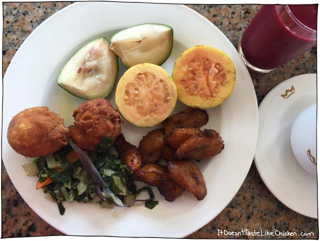 How to Eat Vegan in Montego Bay, Jamaica. My travel guide of what it's like to travel as a vegan. Tips on what to say, what to eat, and different fruits and veggies to try! #itdoesnttastelikechicken
