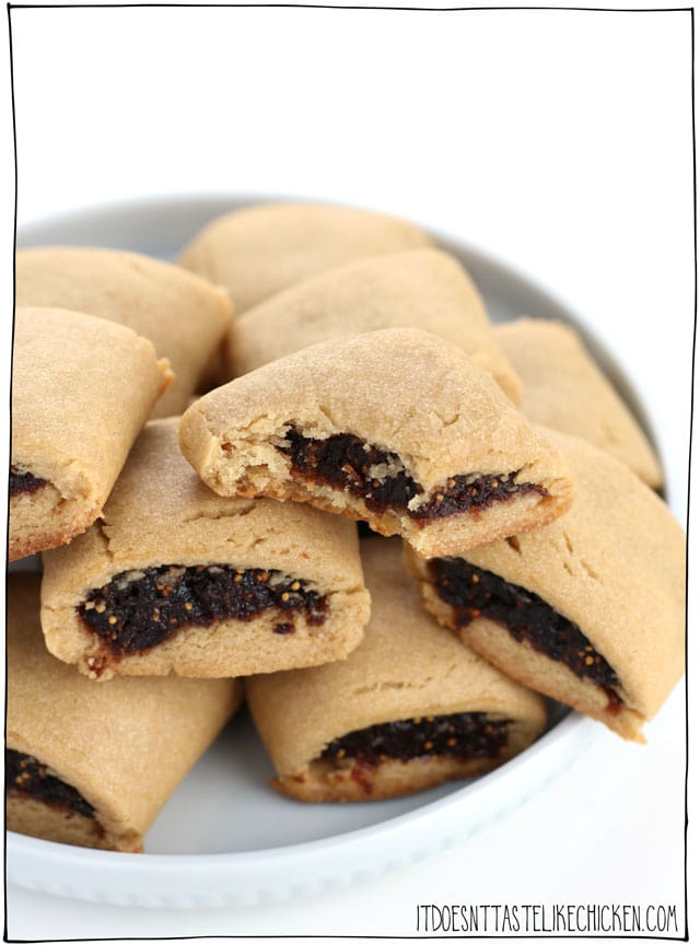 Vegan Fig Newtons! They taste even better the next day, so it's the perfect cookie to make ahead of time and enjoy all week. Perfect for your kid's lunchbox or as a sweet snack for yourself. #itdoesnttastelikechicken #veganrecipes #cookies